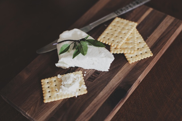 cheese-and-crackers_pexels